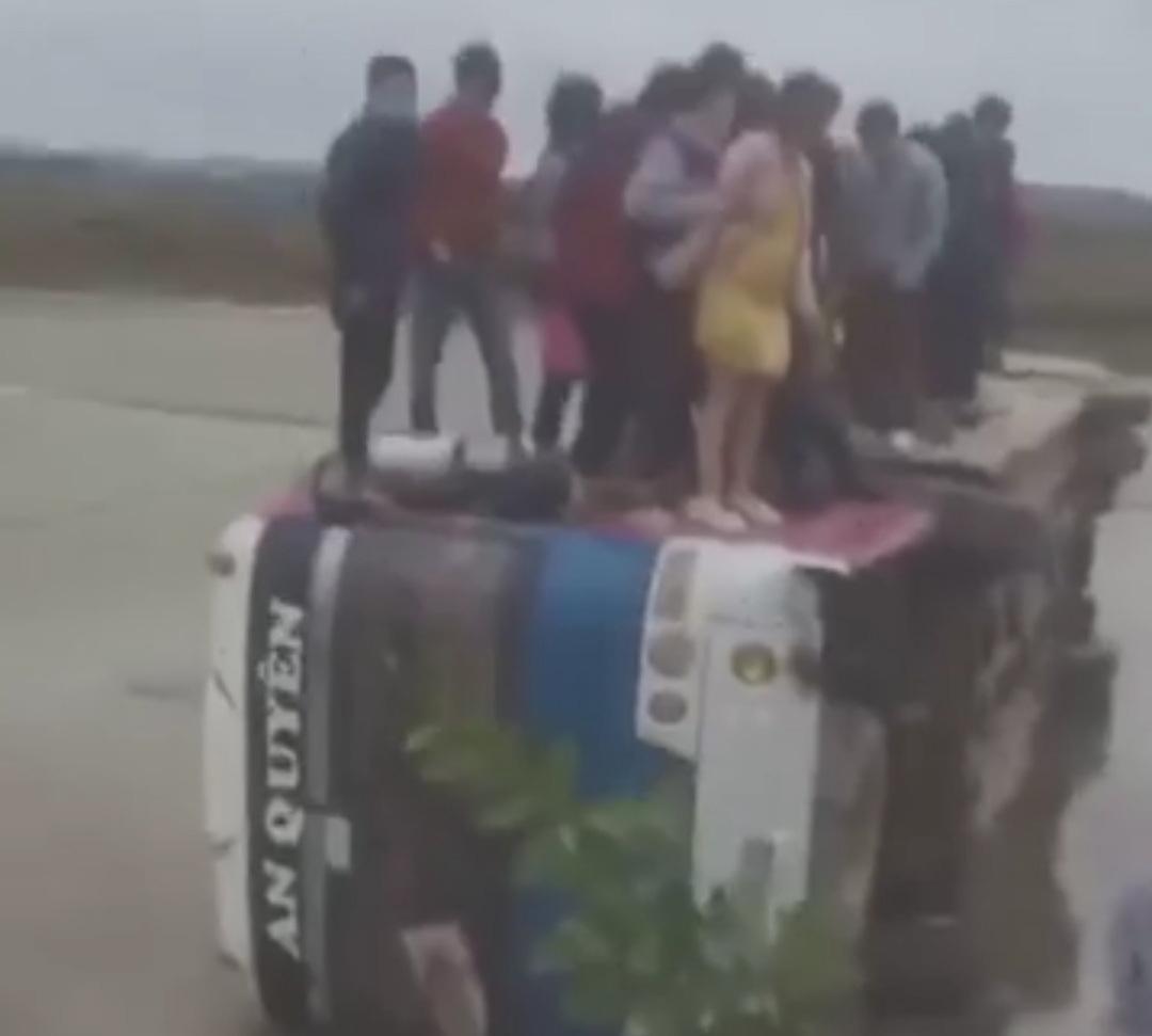 Xe chở công nhân lật xuống ruộng, hàng chục người chen chân trên thành xe - Ảnh 1.