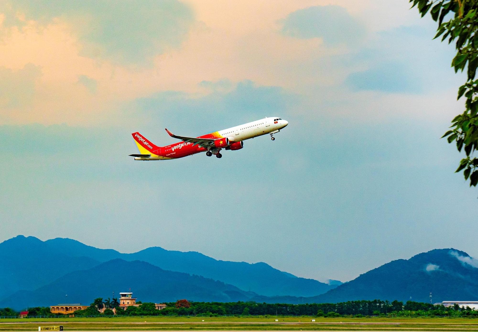 Những chuyến bay đầu tiên hạ cánh xuống sân bay Vân Đồn sau khi hoạt động trở lại - Ảnh 3.
