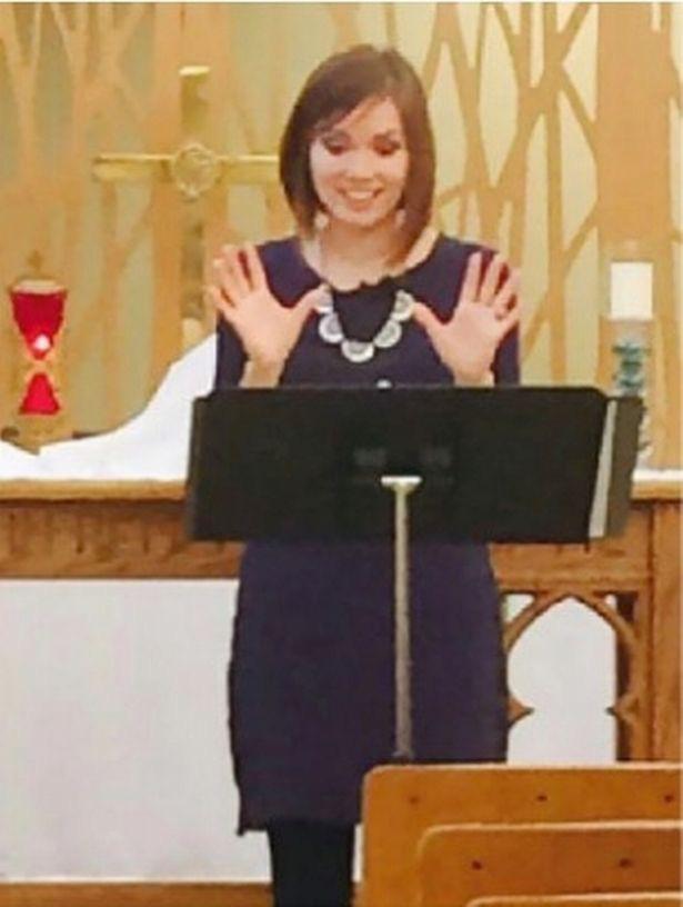 """Nữ mục sư """"nghèo khổ"""" rời nhà thờ để trở thành người mẫu kiếm 70.000 Bảng/tháng - Ảnh 1."""