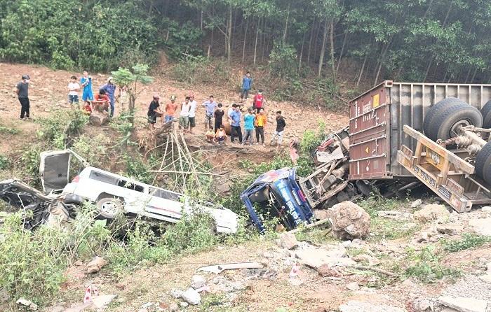 Xe container đâm liên hoàn lúc đổ đèo, nhiều người rơi xuống vực ở Quảng Trị - Ảnh 1.
