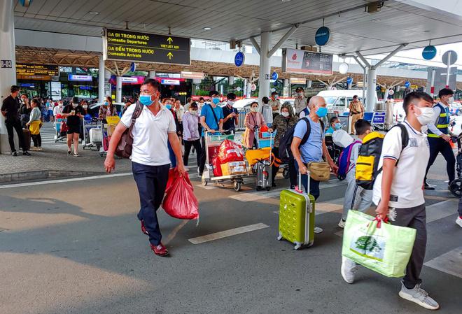 Giá vé bay Vietnam Airlines, Vietjet, Bamboo Airways lễ 30/4-1/5 tăng vọt, khứ hồi lên đến 8 triệu đồng - Ảnh 1.