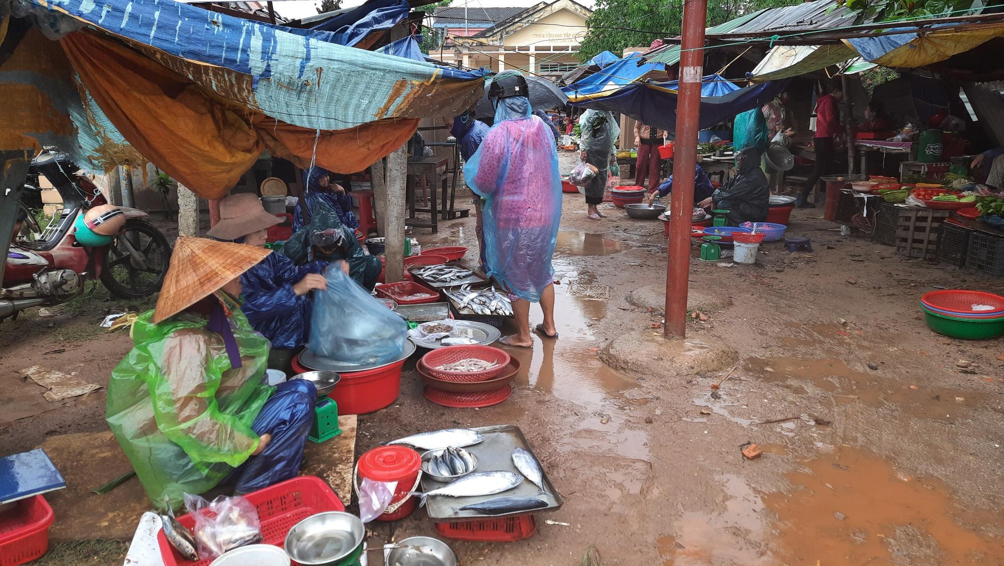 Quảng Trị: Chợ 3,9 tỷ đồng bị bỏ hoang, dân bán ở chợ xép nhếch nhác - Ảnh 3.