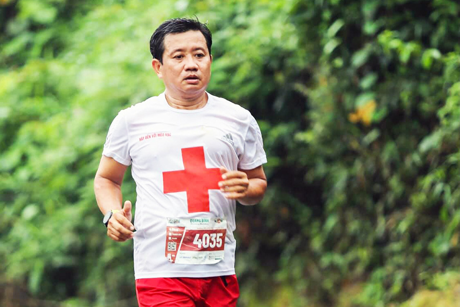 Ông Đoàn Ngọc Hải chinh phục thành công giải marahton khám phá Quảng Bình sáng 21/3.