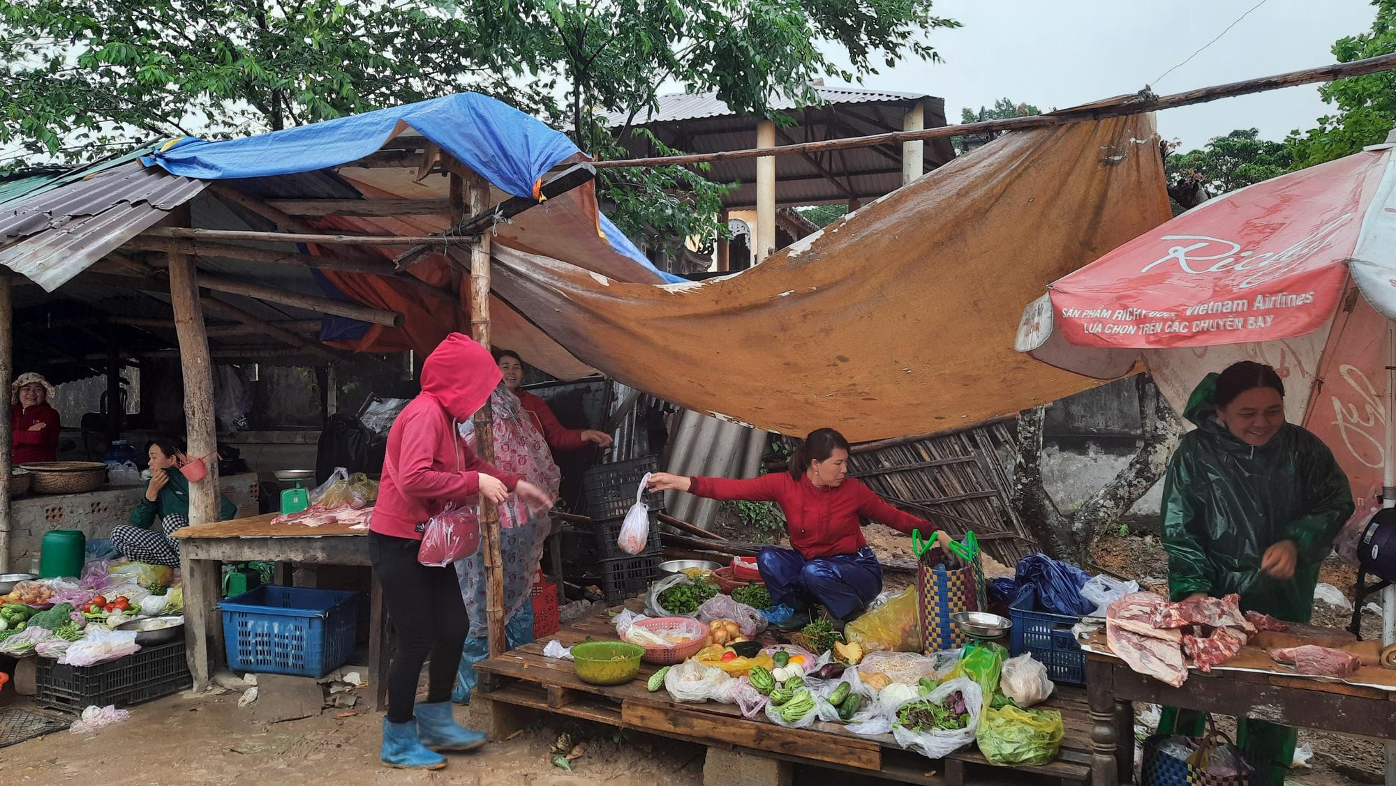 Quảng Trị: Chợ 3,9 tỷ đồng bị bỏ hoang, dân bán ở chợ xép nhếch nhác - Ảnh 4.