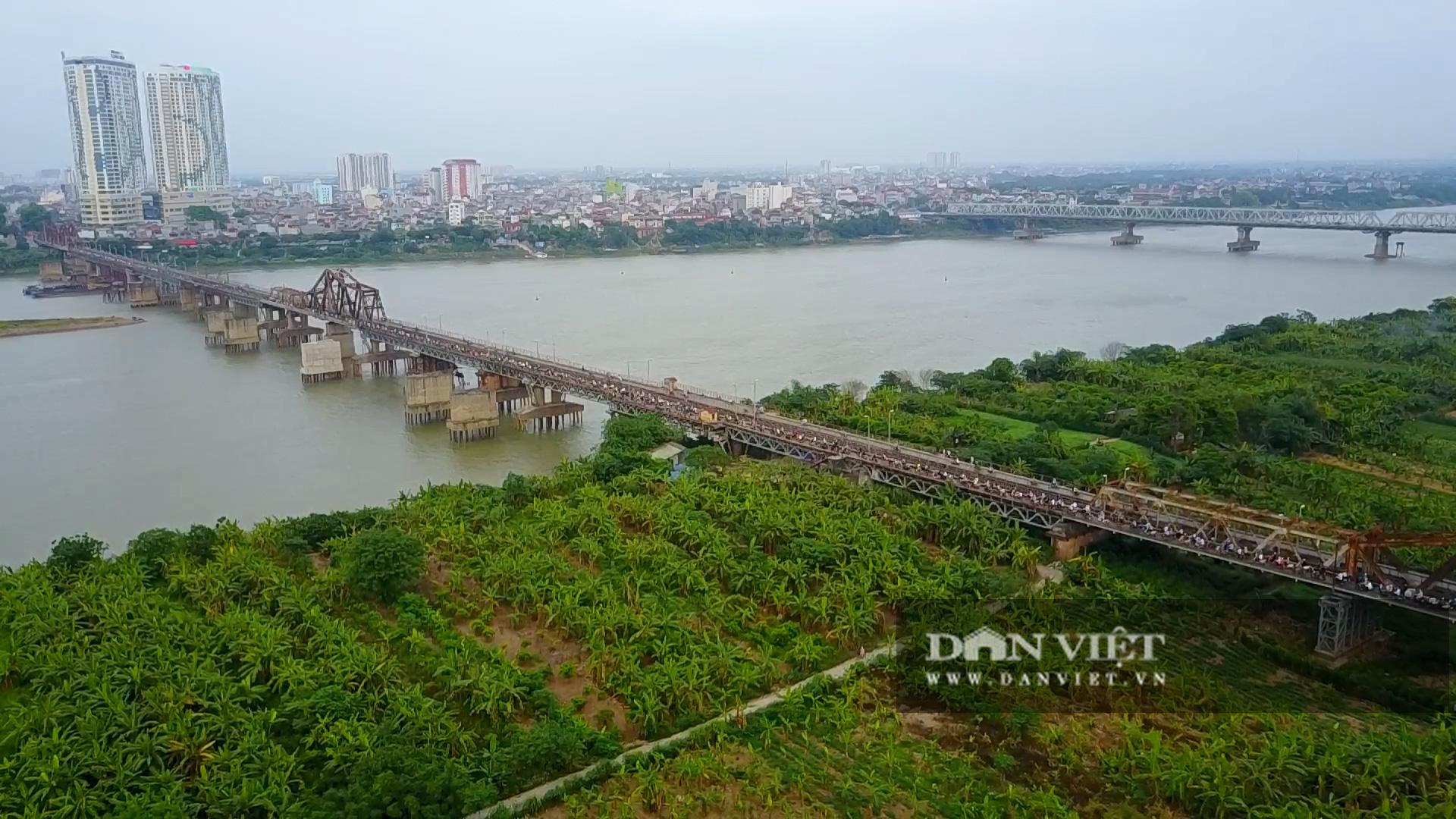 Cầu Long Biên xuống cấp đến không ngờ, mặt đường nhiều ổ gà, hở hàm ếch có thể nhìn rõ mặt nước sông Hồng - Ảnh 1.