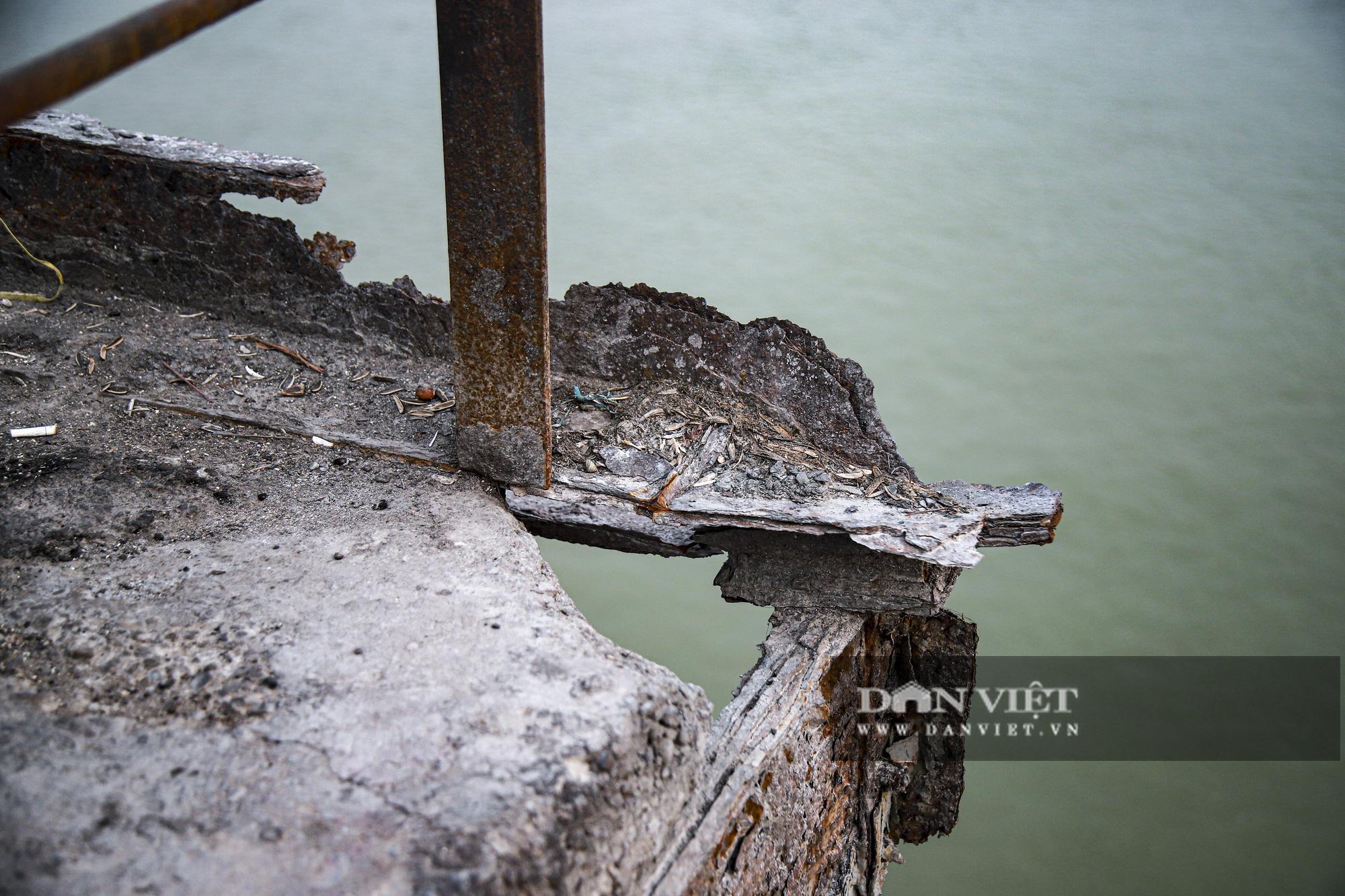 Cầu Long Biên xuống cấp đến không ngờ, mặt đường nhiều ổ gà, hở hàm ếch có thể nhìn rõ mặt nước sông Hồng - Ảnh 8.
