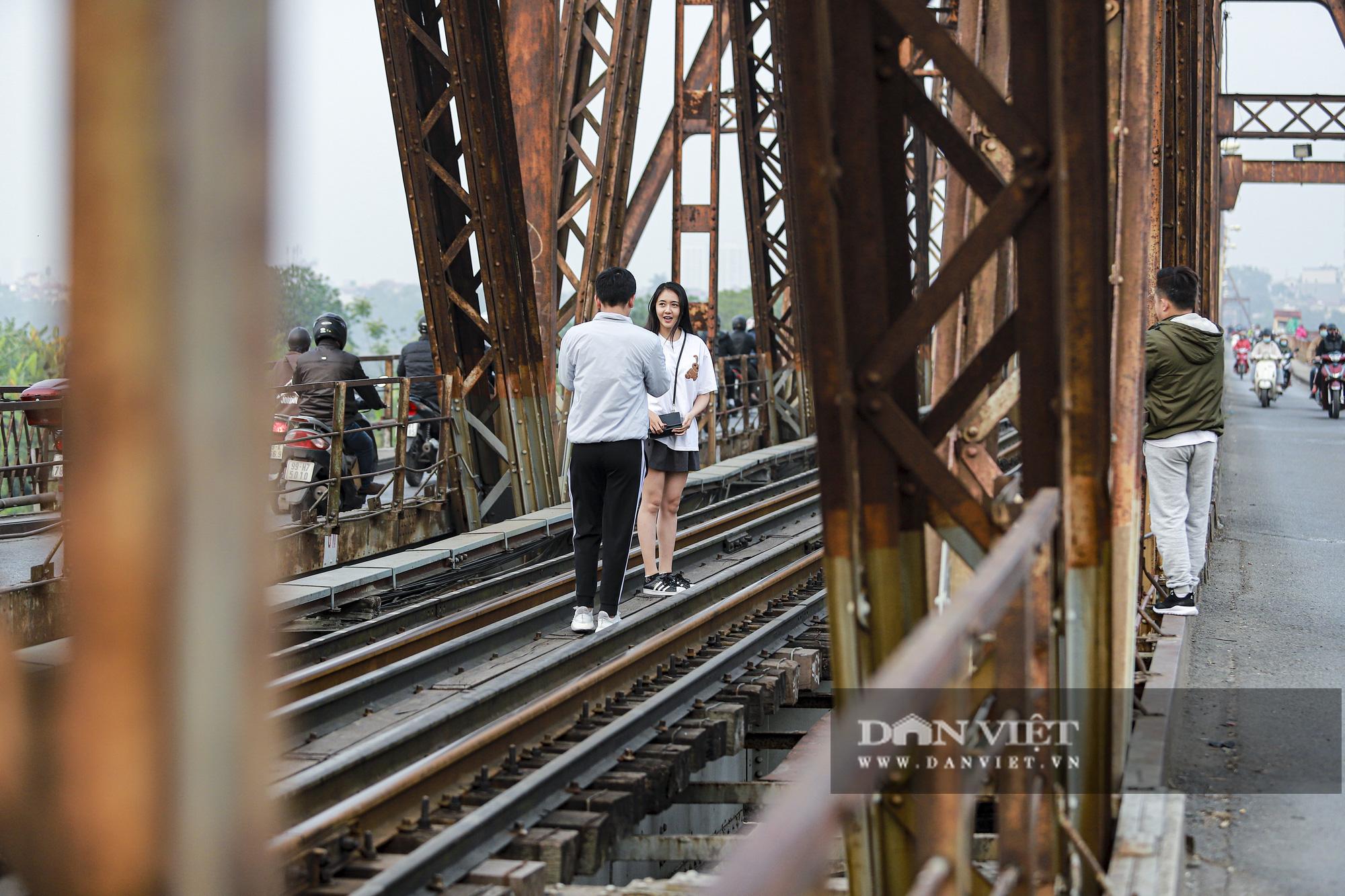 Cầu Long Biên xuống cấp đến không ngờ, mặt đường nhiều ổ gà, hở hàm ếch có thể nhìn rõ mặt nước sông Hồng - Ảnh 11.