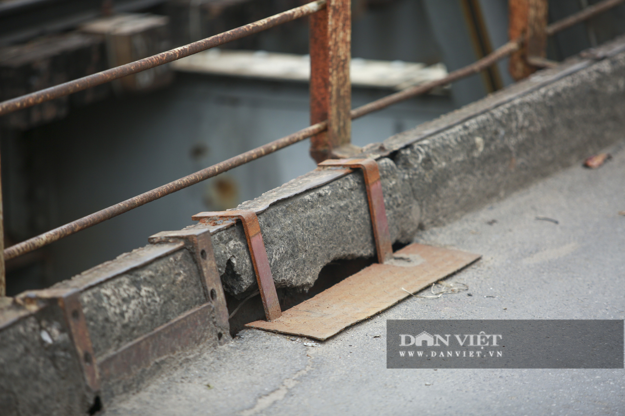 Cầu Long Biên xuống cấp đến không ngờ, mặt đường nhiều ổ gà, hở hàm ếch có thể nhìn rõ mặt nước sông Hồng - Ảnh 6.