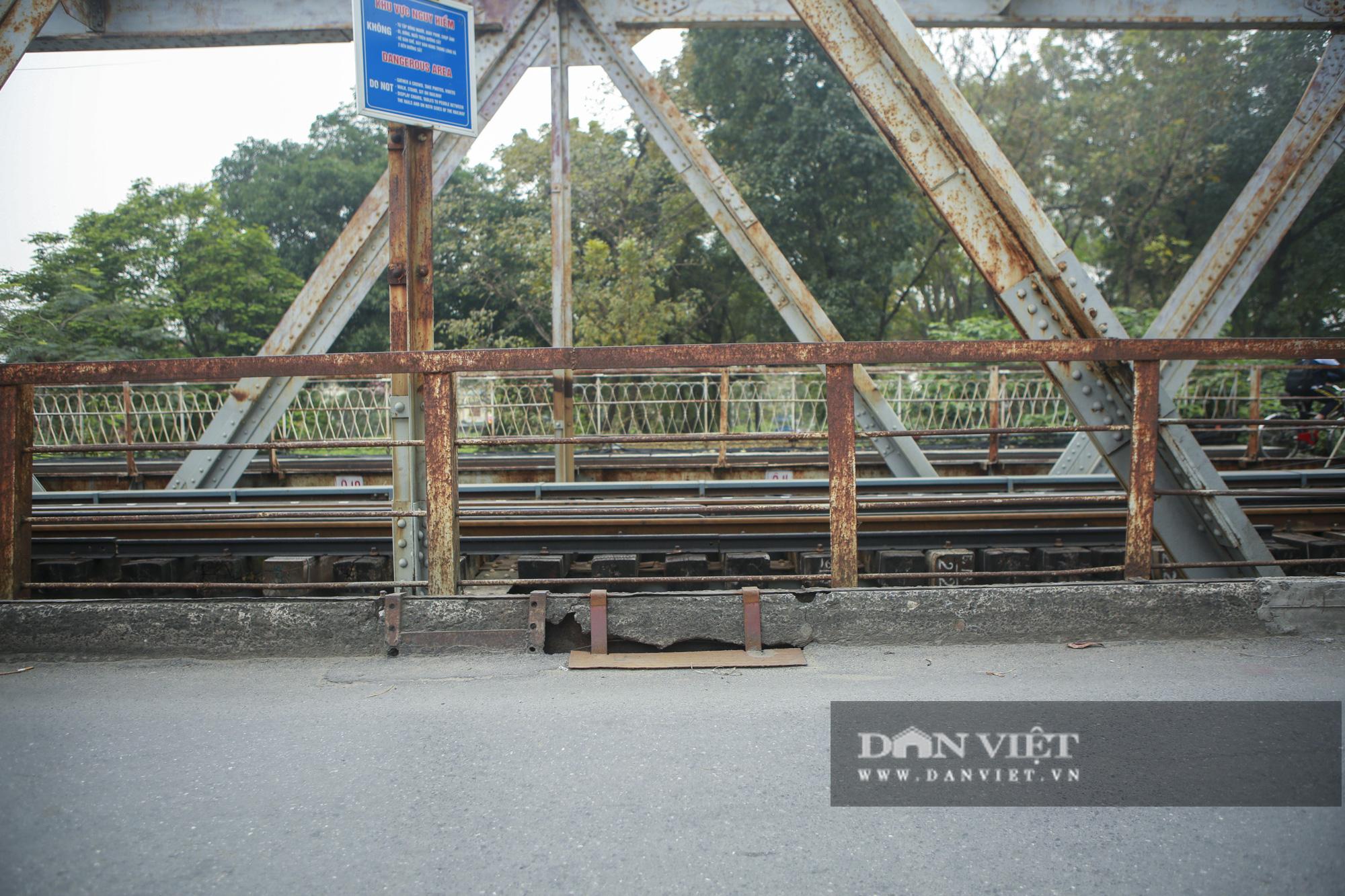 Cầu Long Biên xuống cấp đến không ngờ, mặt đường nhiều ổ gà, hở hàm ếch có thể nhìn rõ mặt nước sông Hồng - Ảnh 5.