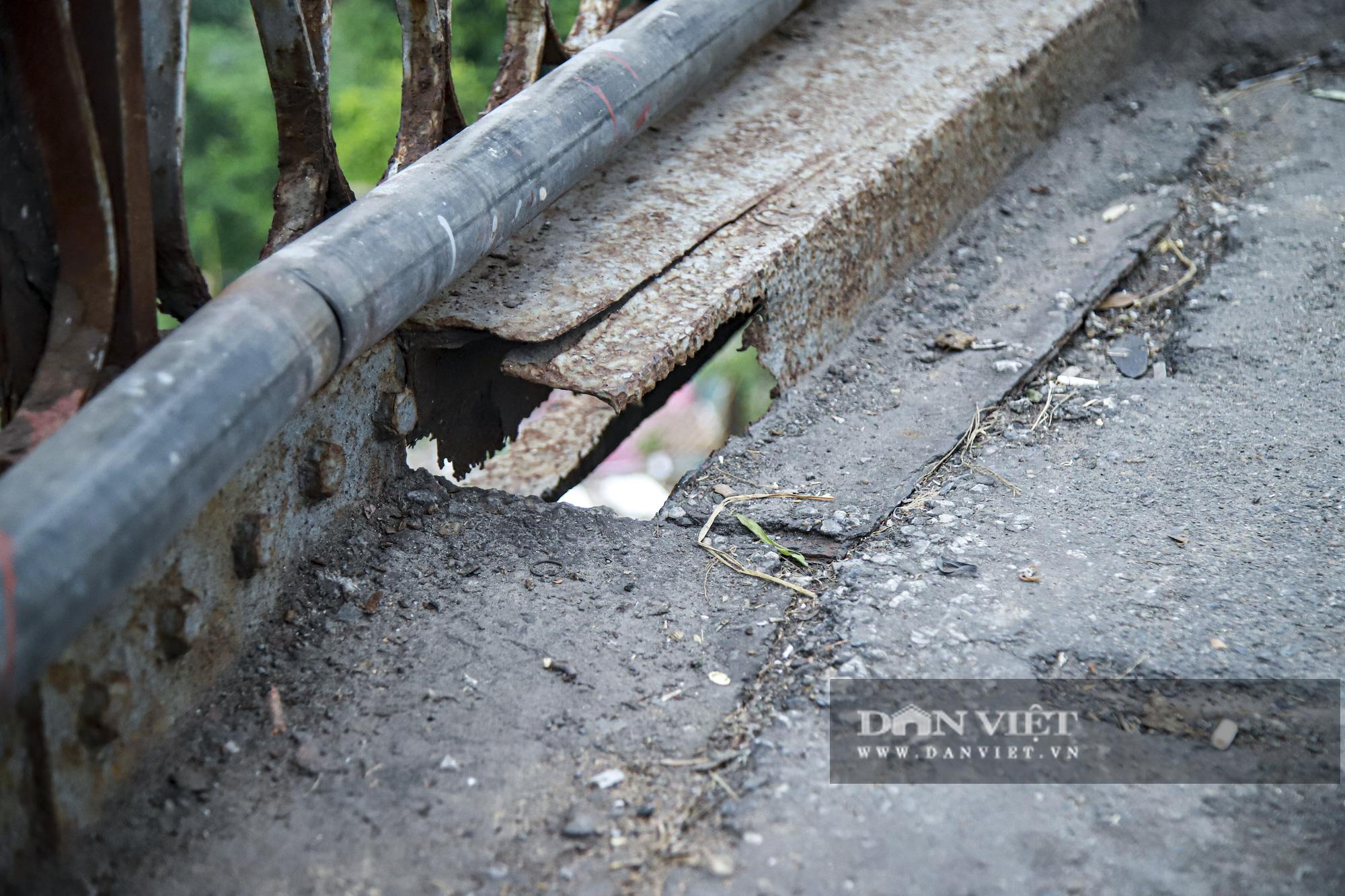 Cầu Long Biên xuống cấp đến không ngờ, mặt đường nhiều ổ gà, hở hàm ếch có thể nhìn rõ mặt nước sông Hồng - Ảnh 9.