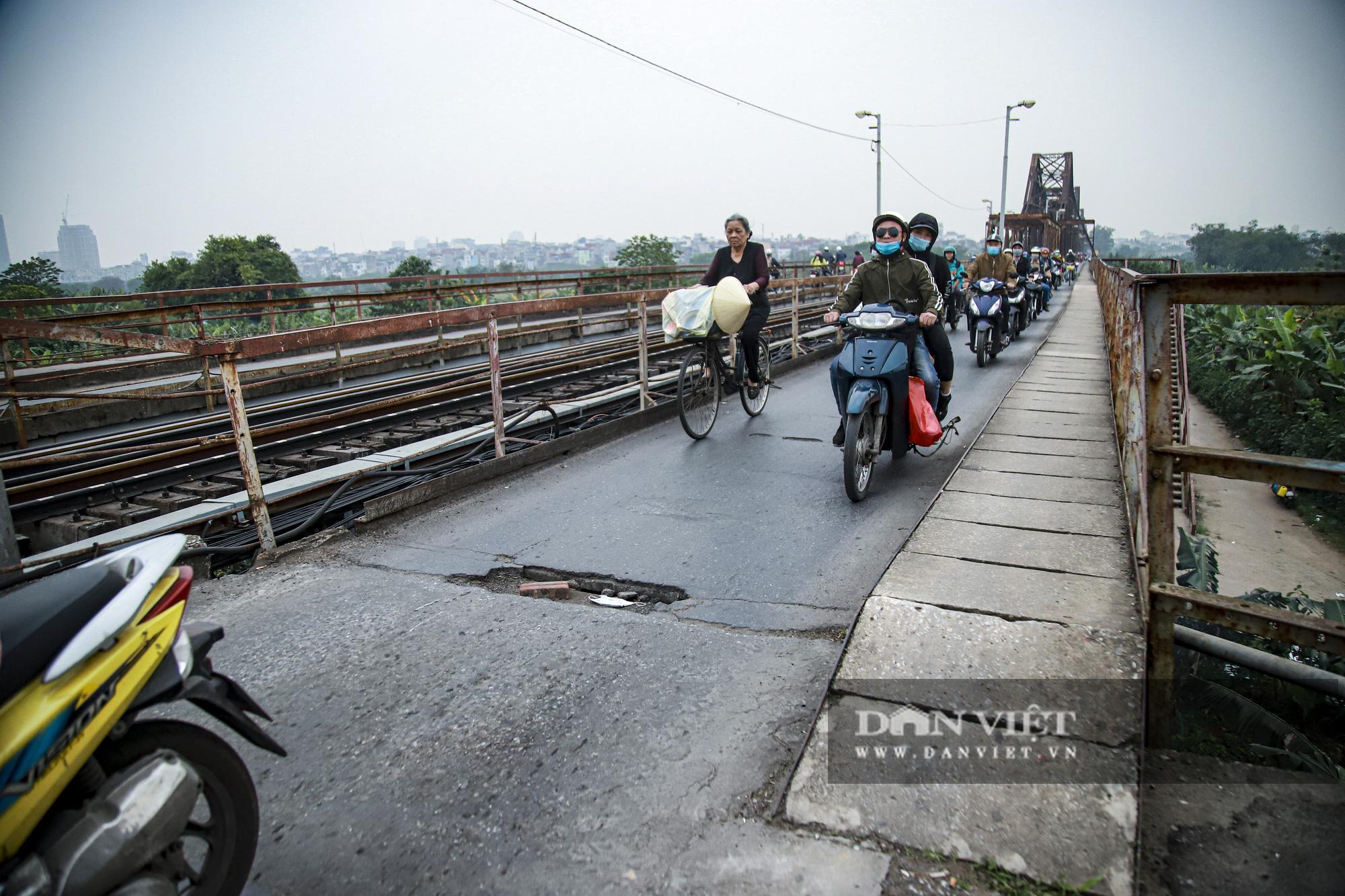 Cầu Long Biên xuống cấp đến không ngờ, mặt đường nhiều ổ gà, hở hàm ếch có thể nhìn rõ mặt nước sông Hồng - Ảnh 2.