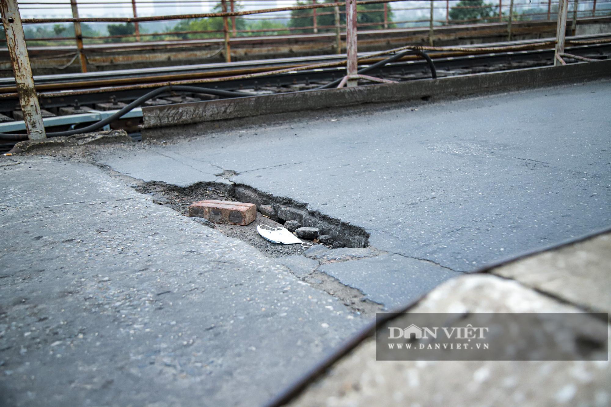 Cầu Long Biên xuống cấp đến không ngờ, mặt đường nhiều ổ gà, hở hàm ếch có thể nhìn rõ mặt nước sông Hồng - Ảnh 3.
