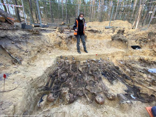 Ngôi mộ tập thể từ thời Đức Quốc xã với hơn 25 bộ xương được phát hiện sâu trong rừng - Ảnh 3.
