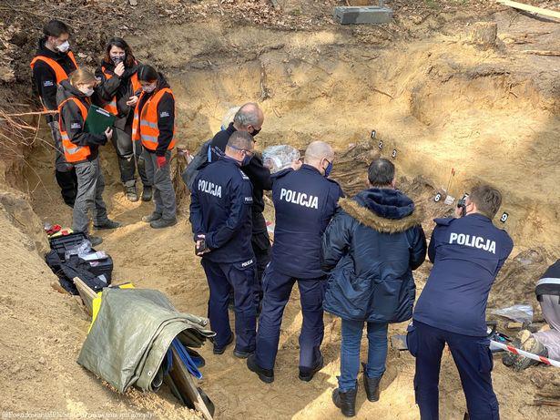 Ngôi mộ tập thể từ thời Đức Quốc xã với hơn 25 bộ xương được phát hiện sâu trong rừng - Ảnh 4.