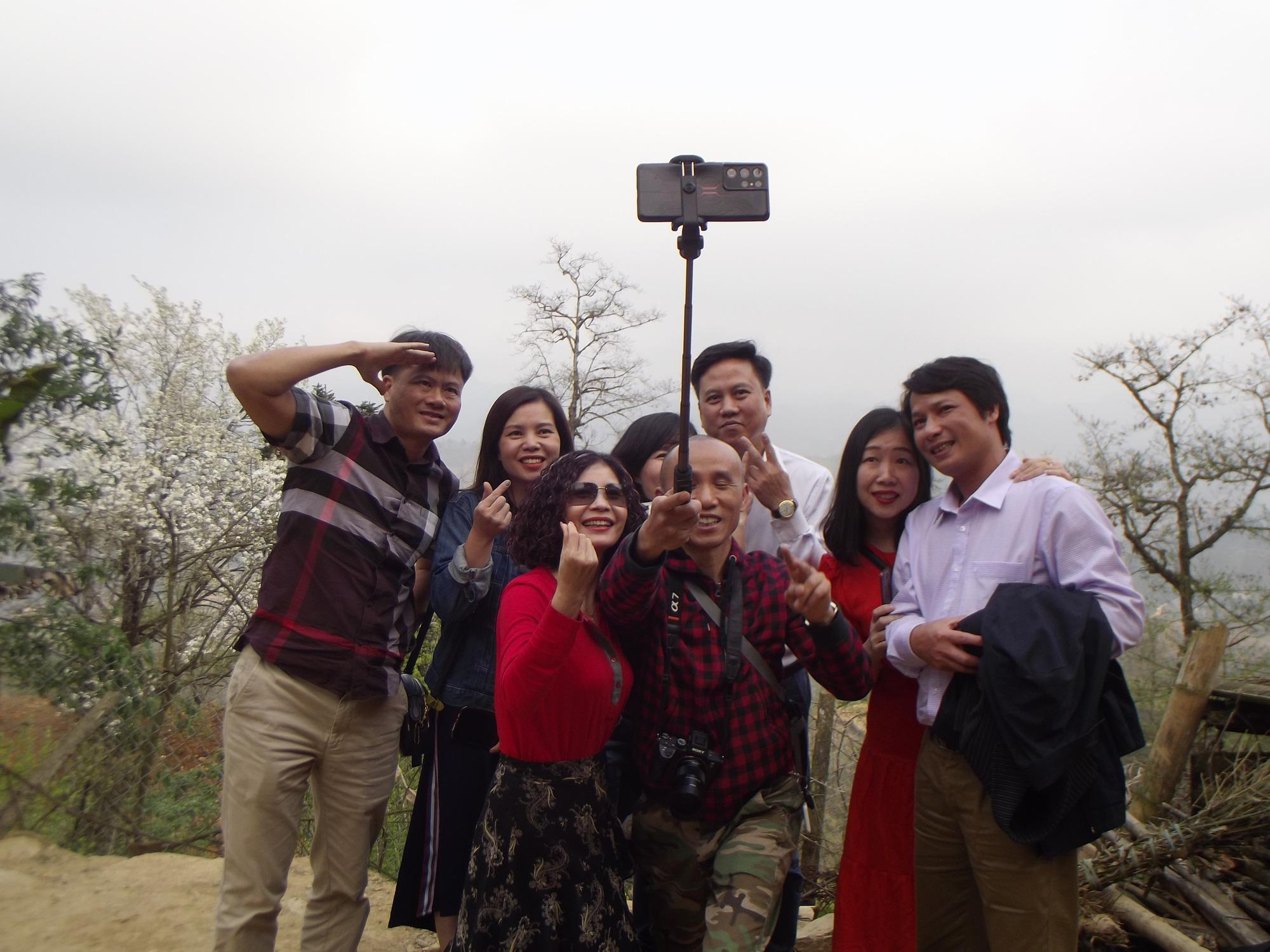 Lào Cai: Du khách đổ xô đến ngắm 3 cây lê cổ thụ, mọc trắng xóa sau nhà trình tường ở Bắc Hà - Ảnh 7.