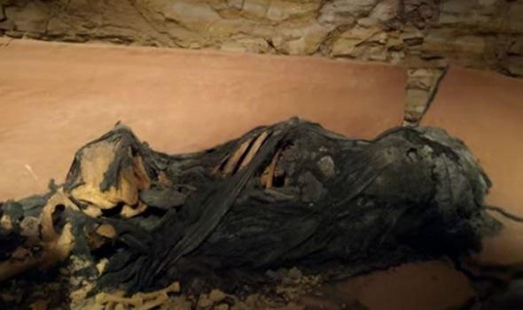 Phát hiện quan tài đất nung trong vách đá, mở ra kinh hoàng thấy xác ướp kỳ lạ bên trong - Ảnh 2.