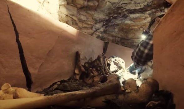Phát hiện quan tài đất nung trong vách đá, mở ra kinh hoàng thấy xác ướp kỳ lạ bên trong - Ảnh 3.