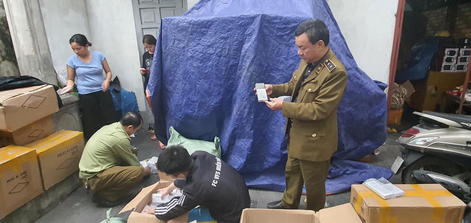 NÓNG: Bắt giữ hơn 2.000 pin sạc dự phòng giả mạo hiệu Samsung tại Hà Nội - Ảnh 1.