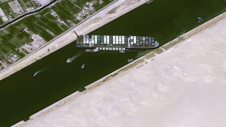 Siêu tàu chở hàng Ever Given mắc kẹt giữa kênh đào Suez: vì sao cả thế giới lo lắng? - Ảnh 1.