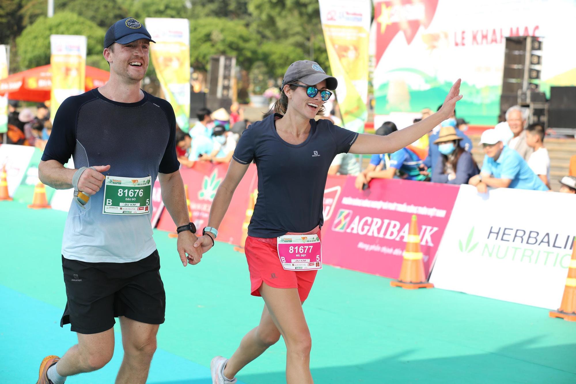 Ảnh: Bóng hồng khoe sắc trên đường chạy Tiền Phong Marathon 2021 - Ảnh 11.