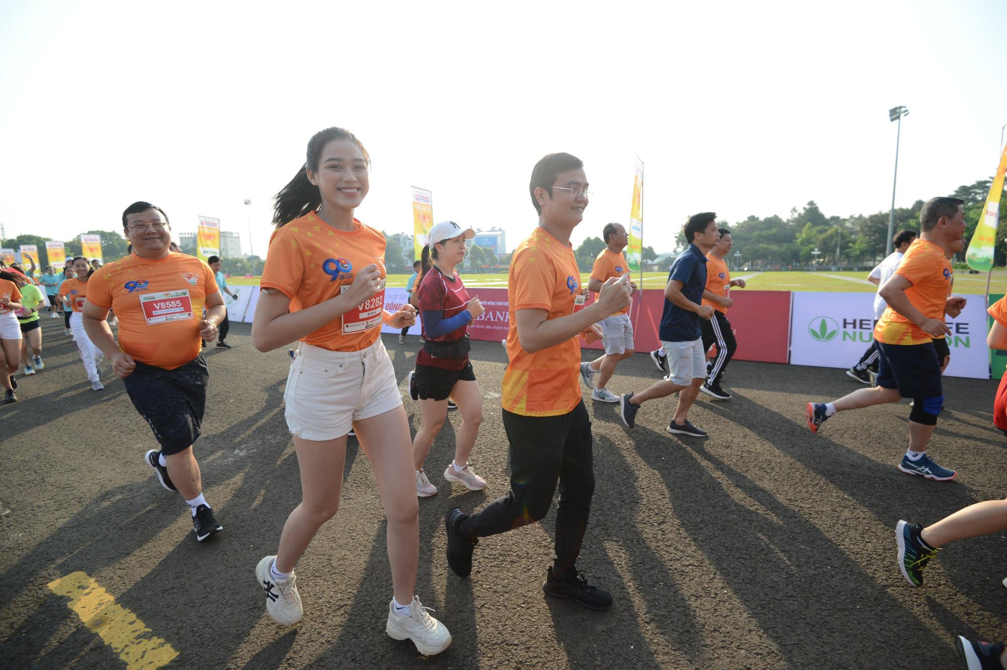 Ảnh: Bóng hồng khoe sắc trên đường chạy Tiền Phong Marathon 2021 - Ảnh 3.