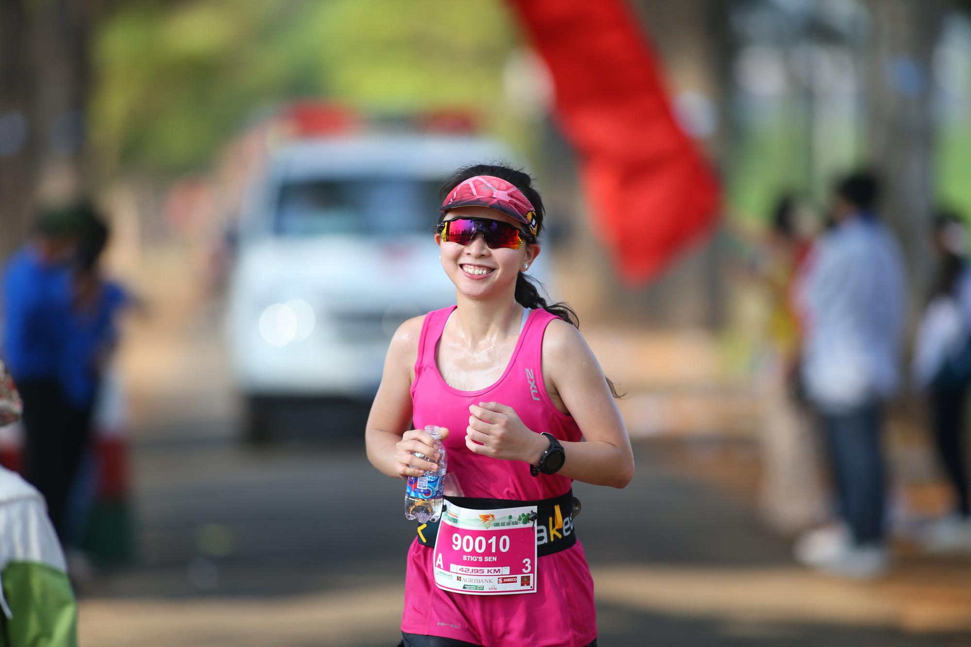 Ảnh: Bóng hồng khoe sắc trên đường chạy Tiền Phong Marathon 2021 - Ảnh 8.