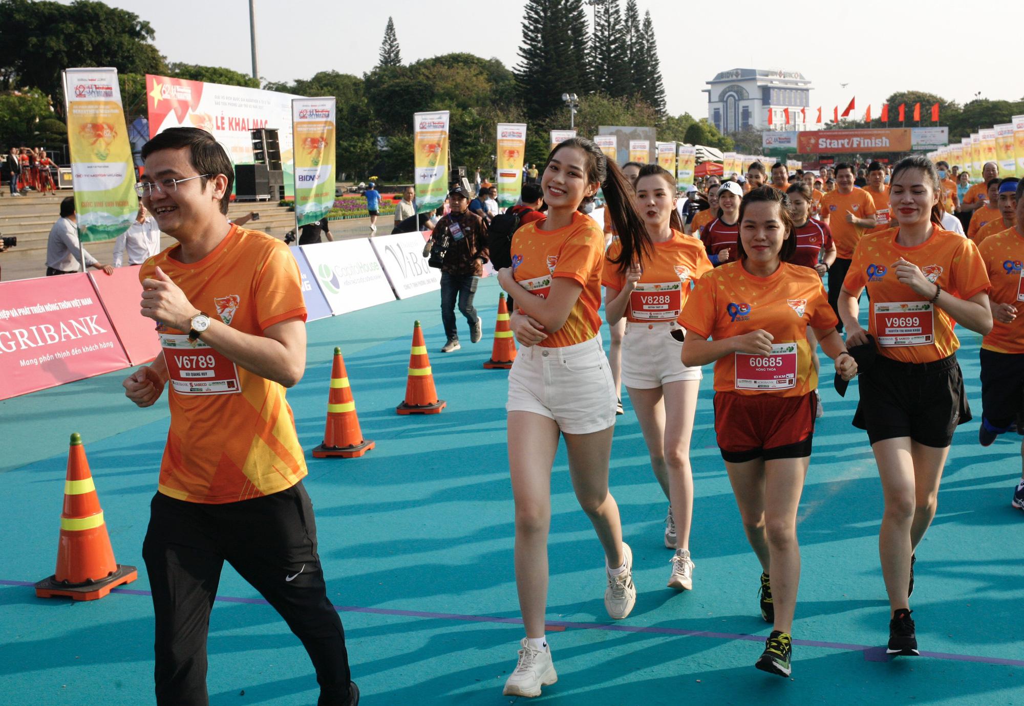 Ảnh: Bóng hồng khoe sắc trên đường chạy Tiền Phong Marathon 2021 - Ảnh 4.