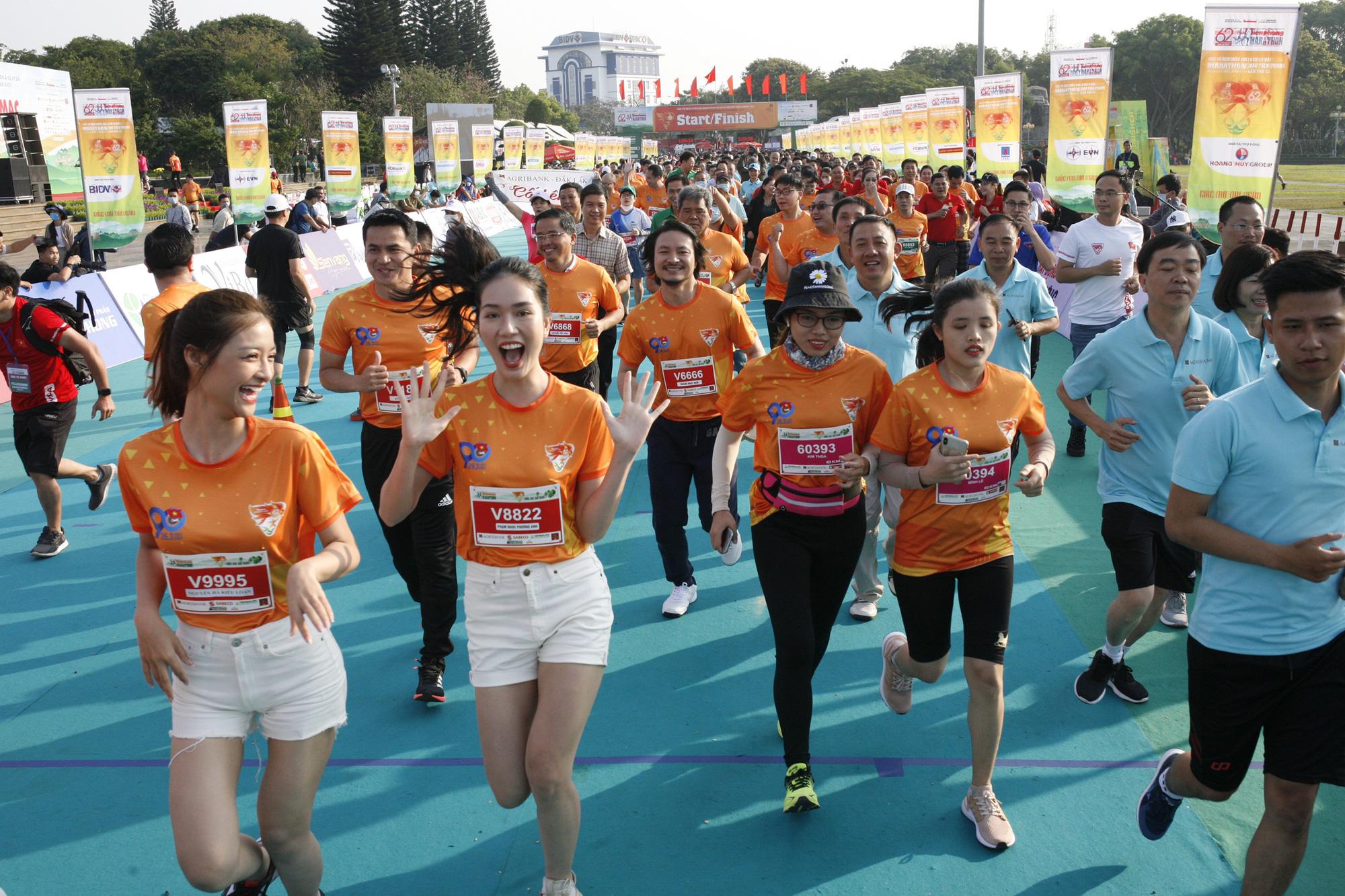 Ảnh: Bóng hồng khoe sắc trên đường chạy Tiền Phong Marathon 2021 - Ảnh 5.