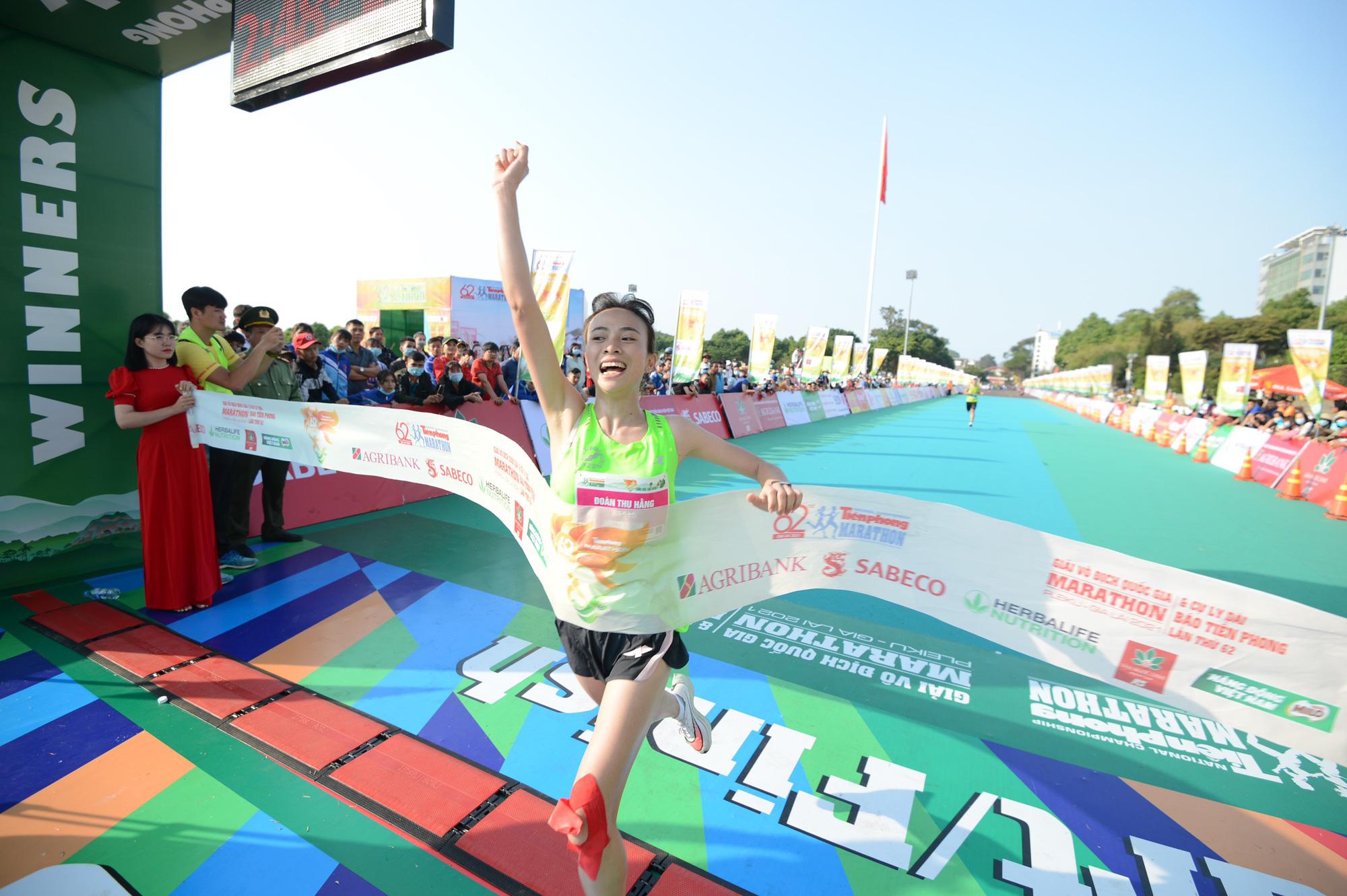 Ảnh: Bóng hồng khoe sắc trên đường chạy Tiền Phong Marathon 2021 - Ảnh 13.