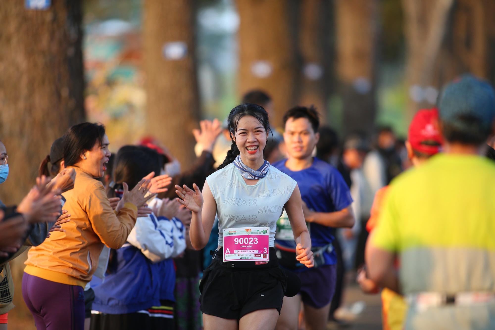 Ảnh: Bóng hồng khoe sắc trên đường chạy Tiền Phong Marathon 2021 - Ảnh 9.