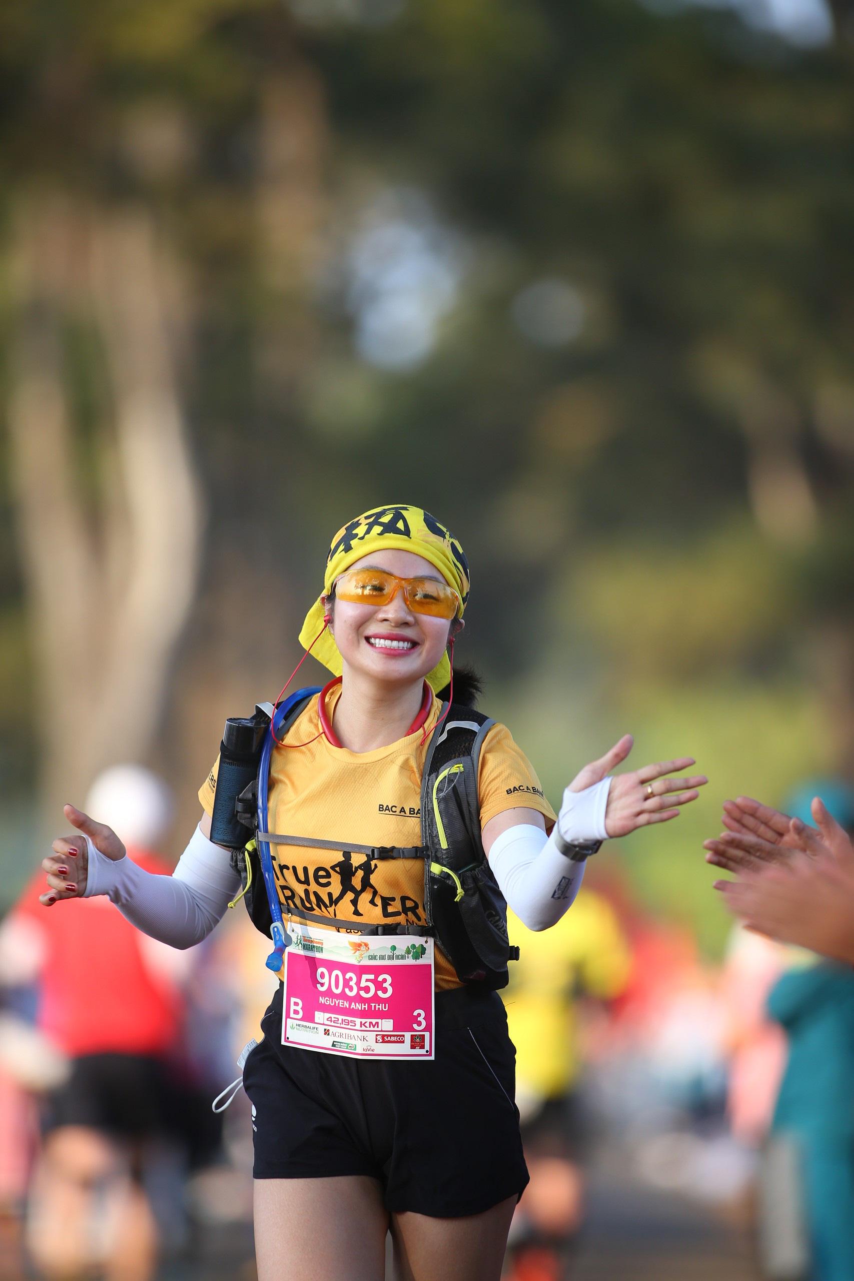 Ảnh: Bóng hồng khoe sắc trên đường chạy Tiền Phong Marathon 2021 - Ảnh 10.