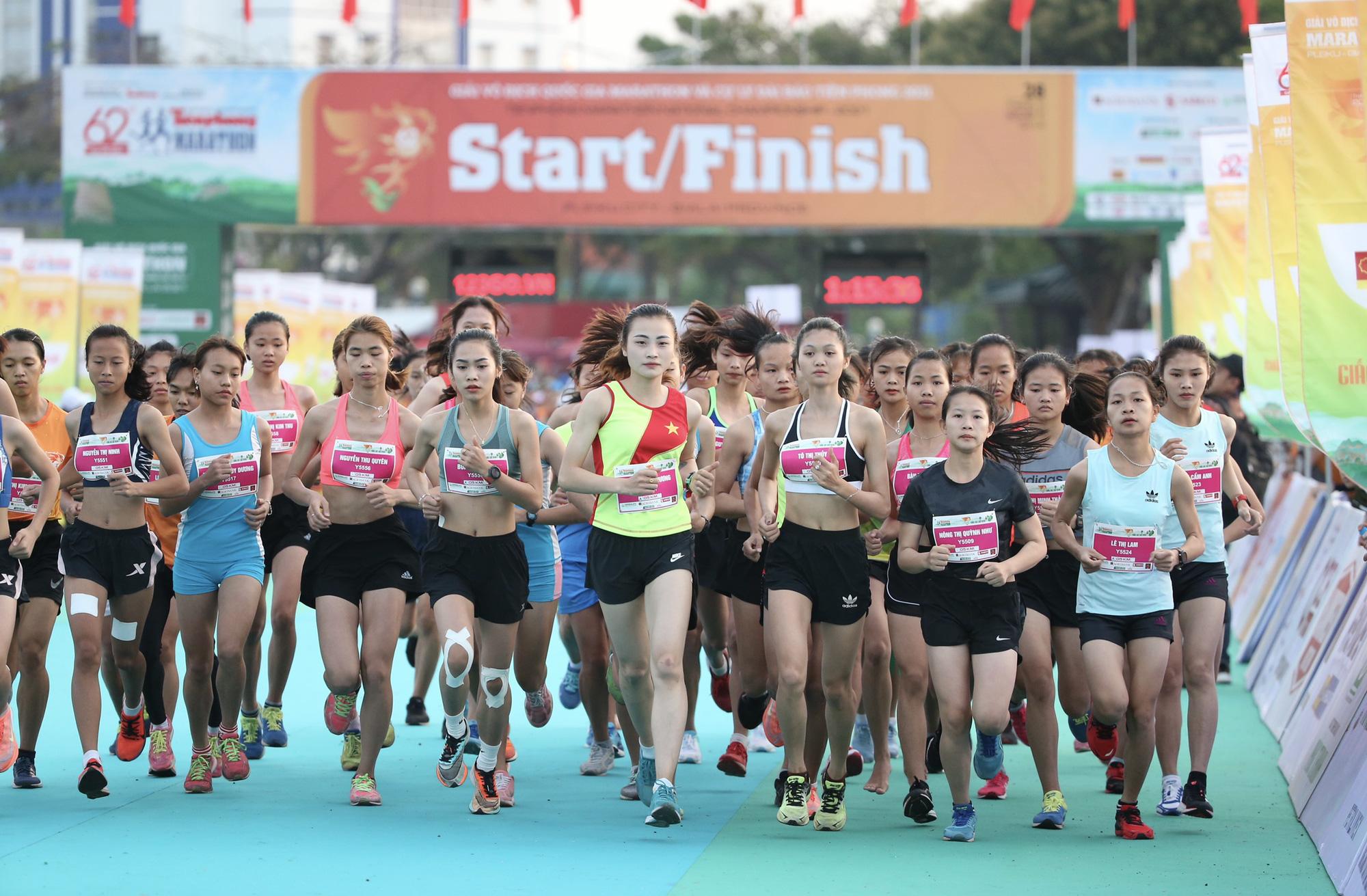 Ảnh: Bóng hồng khoe sắc trên đường chạy Tiền Phong Marathon 2021 - Ảnh 1.