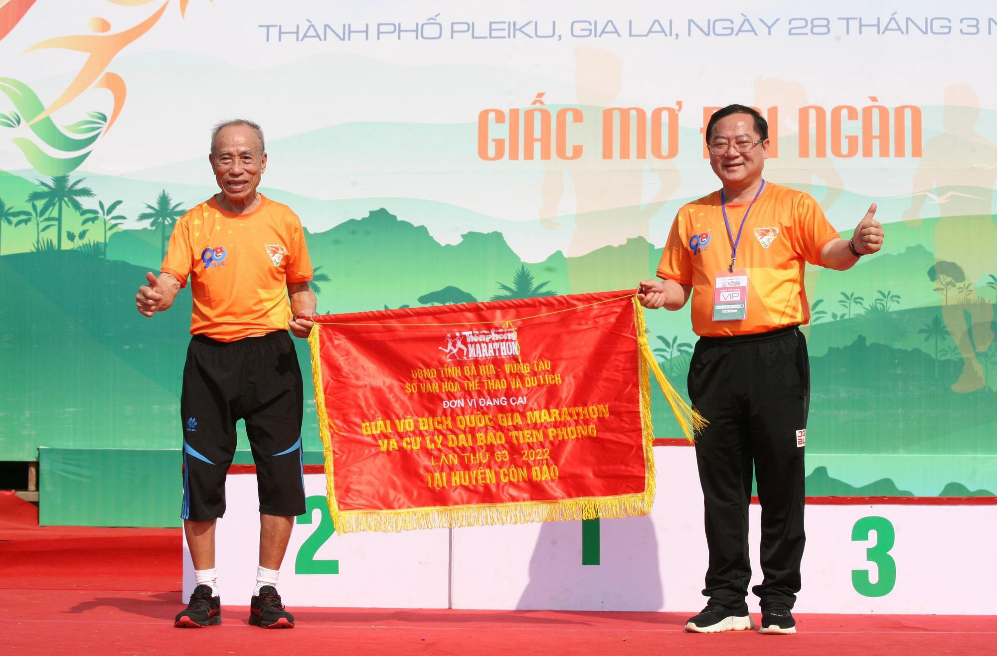 Ảnh: Bóng hồng khoe sắc trên đường chạy Tiền Phong Marathon 2021 - Ảnh 2.