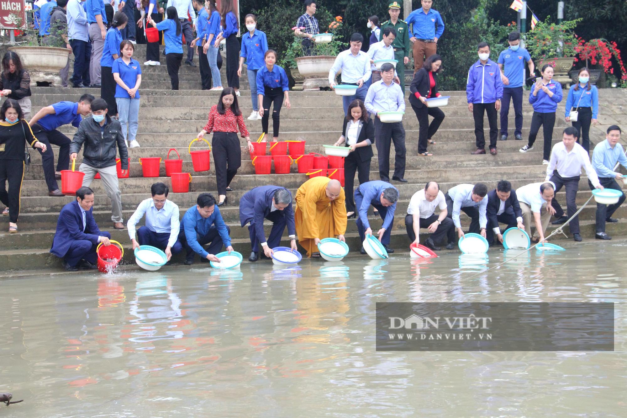 Lãnh đạo tỉnh cùng người dân Thanh Hóa thả 1 tấn cá giống xuống sông Mã - Ảnh 3.