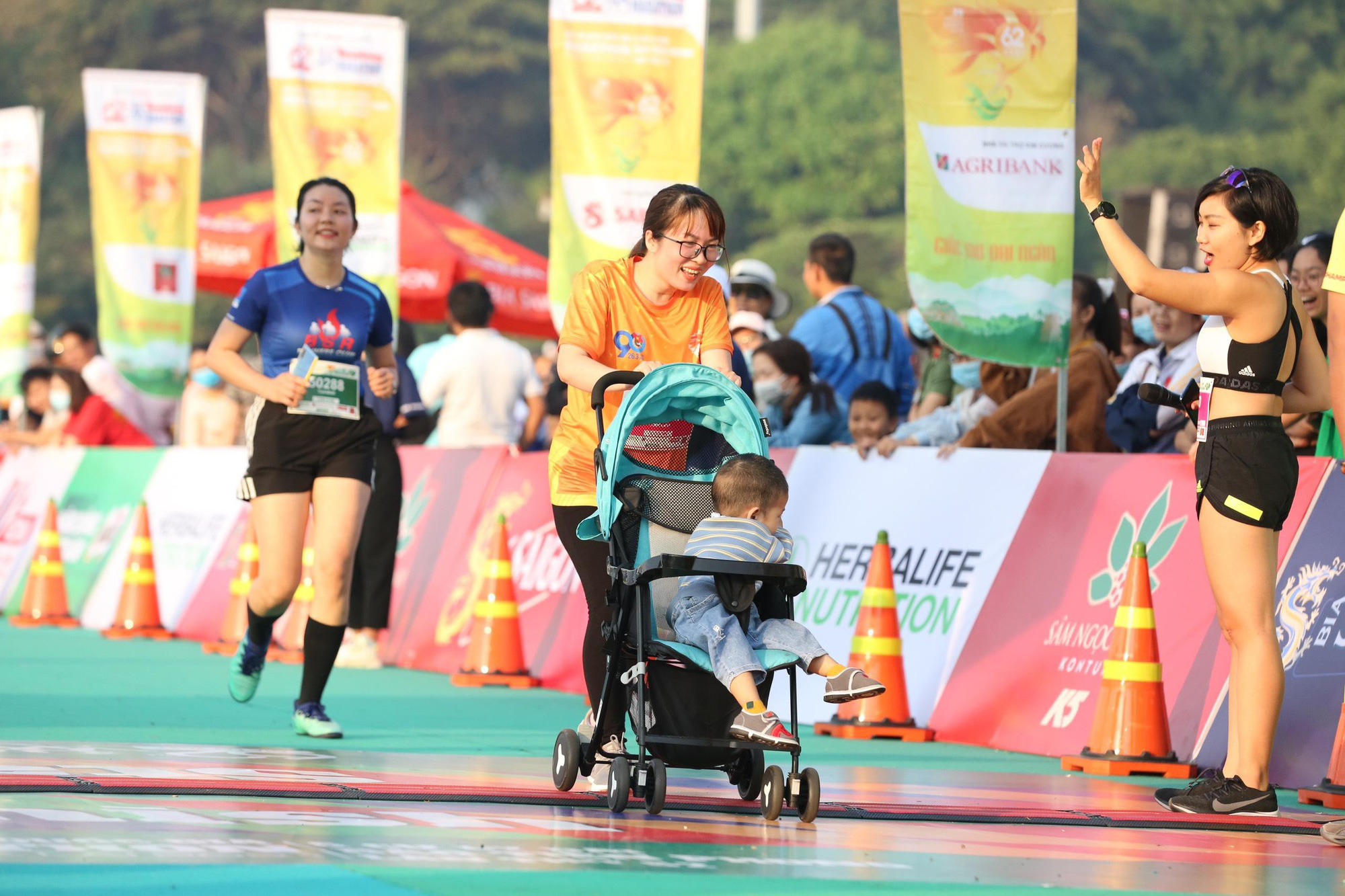 Ảnh: Bóng hồng khoe sắc trên đường chạy Tiền Phong Marathon 2021 - Ảnh 12.