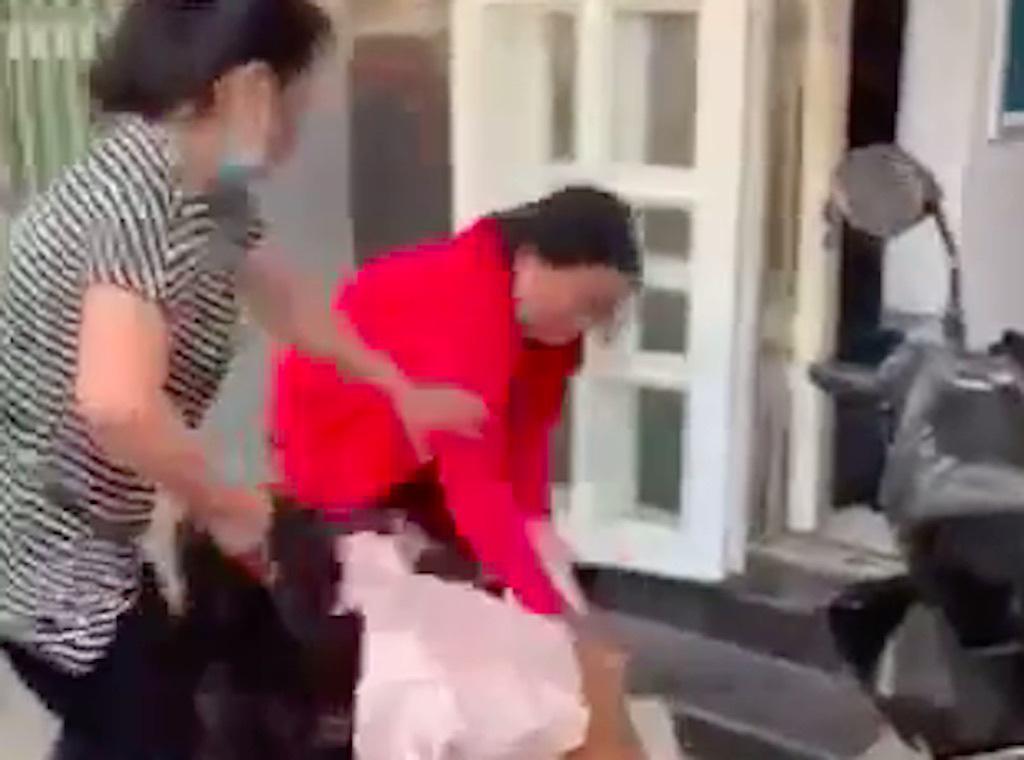 Nhóm phụ nữ hành hung dã man cô gái ở Tiền Giang - Ảnh 1.