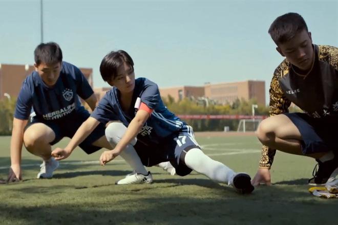 Chuyện lạ có thật: Cô gái 18 tuổi là thủ quân đội bóng Trung Quốc - Ảnh 2.
