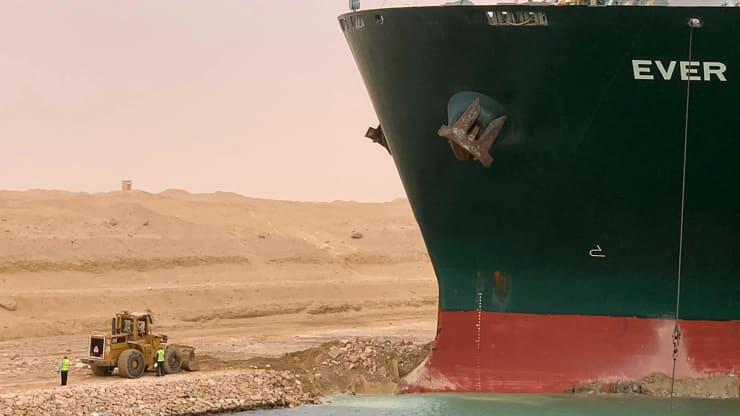 Sắp giải cứu xong siêu tàu Ever Given nhưng kênh đào Suez sẽ còn tắc nghẽn? - Ảnh 1.