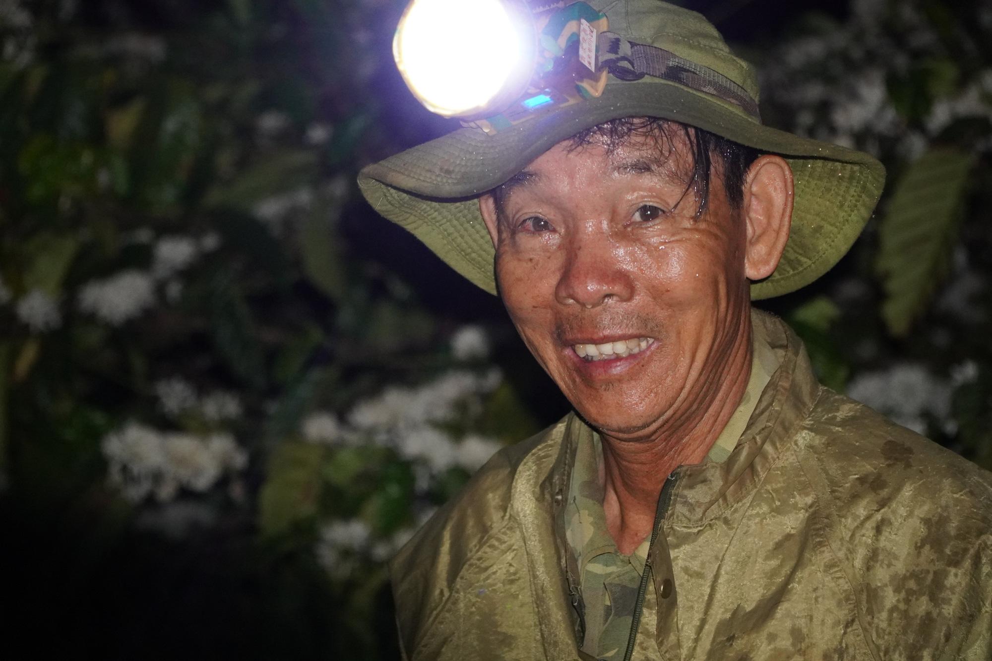 Nông dân Gia Lai hối hả đưa máy móc tưới cho cà phê sai quả - Ảnh 9.