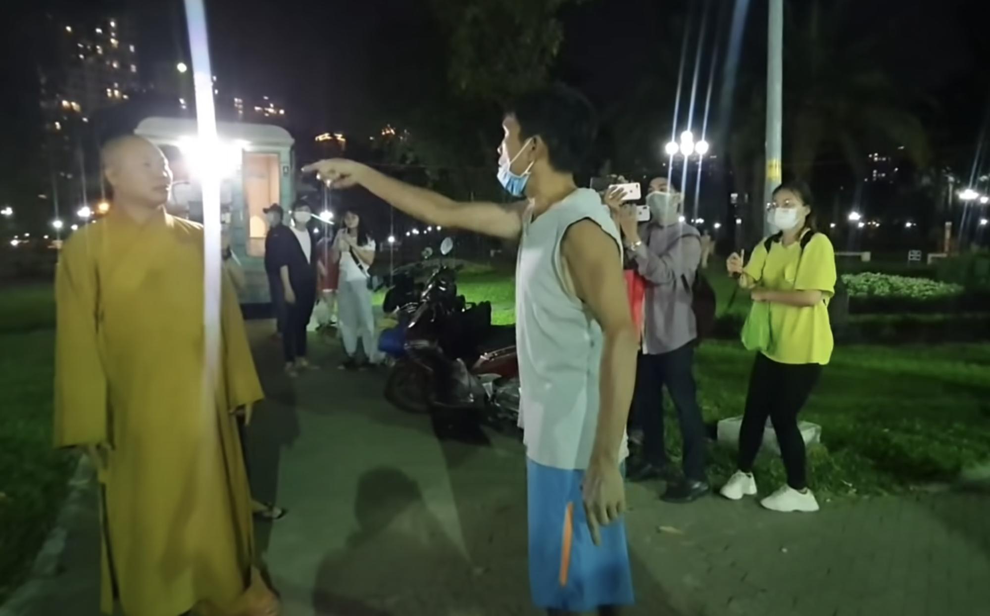Công an mời nhiều Youtuber quay nội dung Thầy chùa ăn thịt chó ở Củ Chi - Ảnh 1.