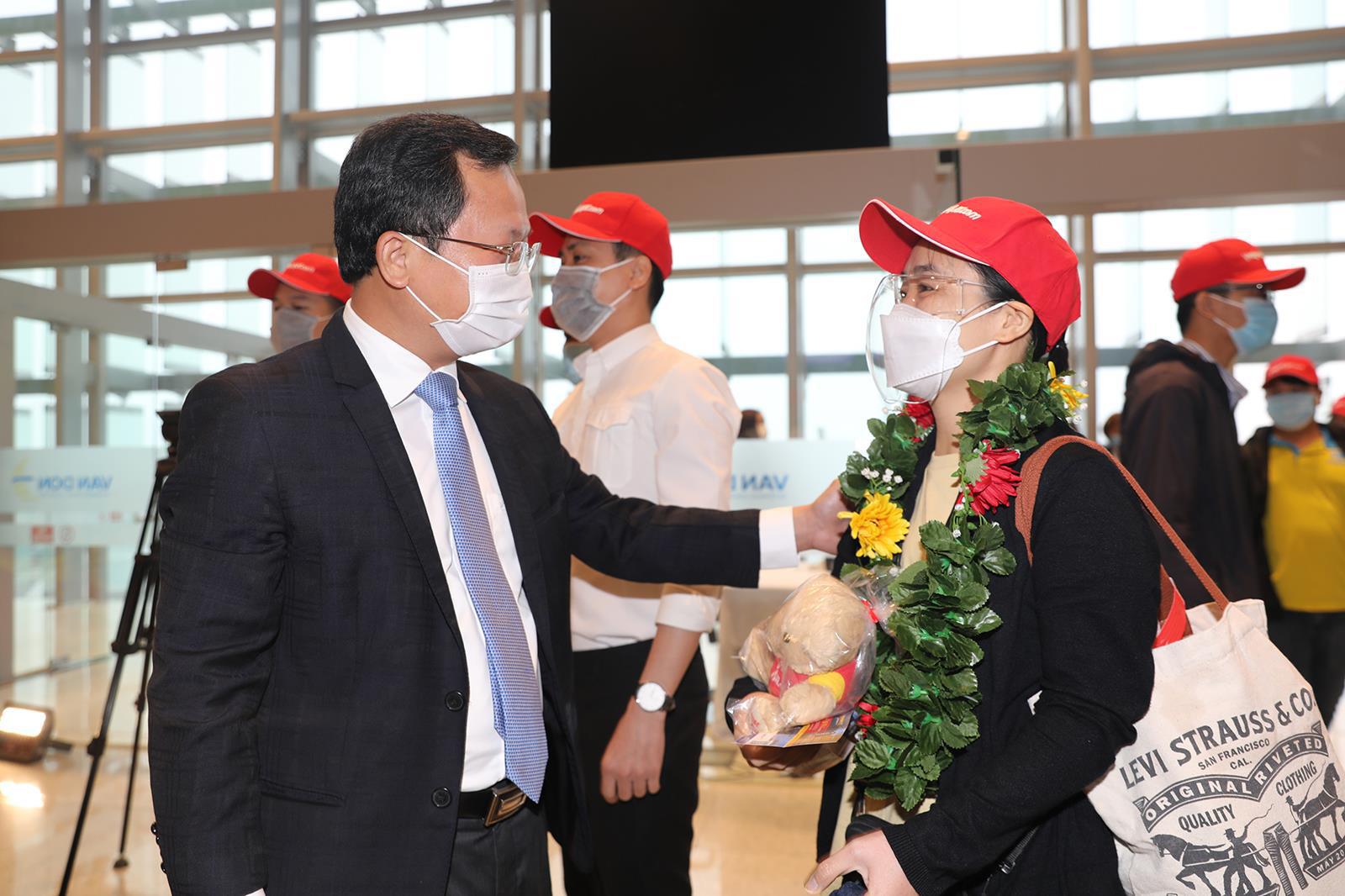 Sân bay Vân Đồn chính thức hoạt động trở lại sau hơn 1 tháng đóng cửa - Ảnh 2.