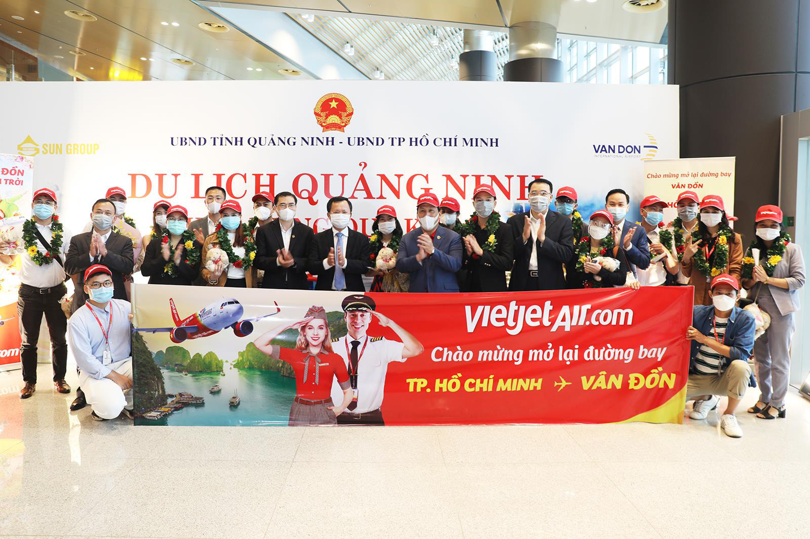 Sân bay Vân Đồn chính thức hoạt động trở lại sau hơn 1 tháng đóng cửa - Ảnh 1.