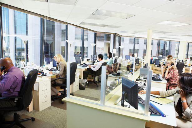 'Chứng chỉ Covid' sẽ cho phép nhân viên trở lại văn phòng làm việc, không còn phải giãn cách - Ảnh 1.