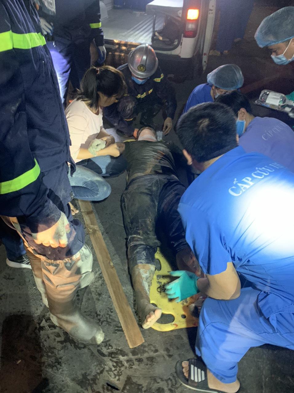 Sập giàn giáo trong đêm, hàng chục cảnh sát giải cứu người đàn ông mắc kẹt trong đống đổ nát  - Ảnh 4.