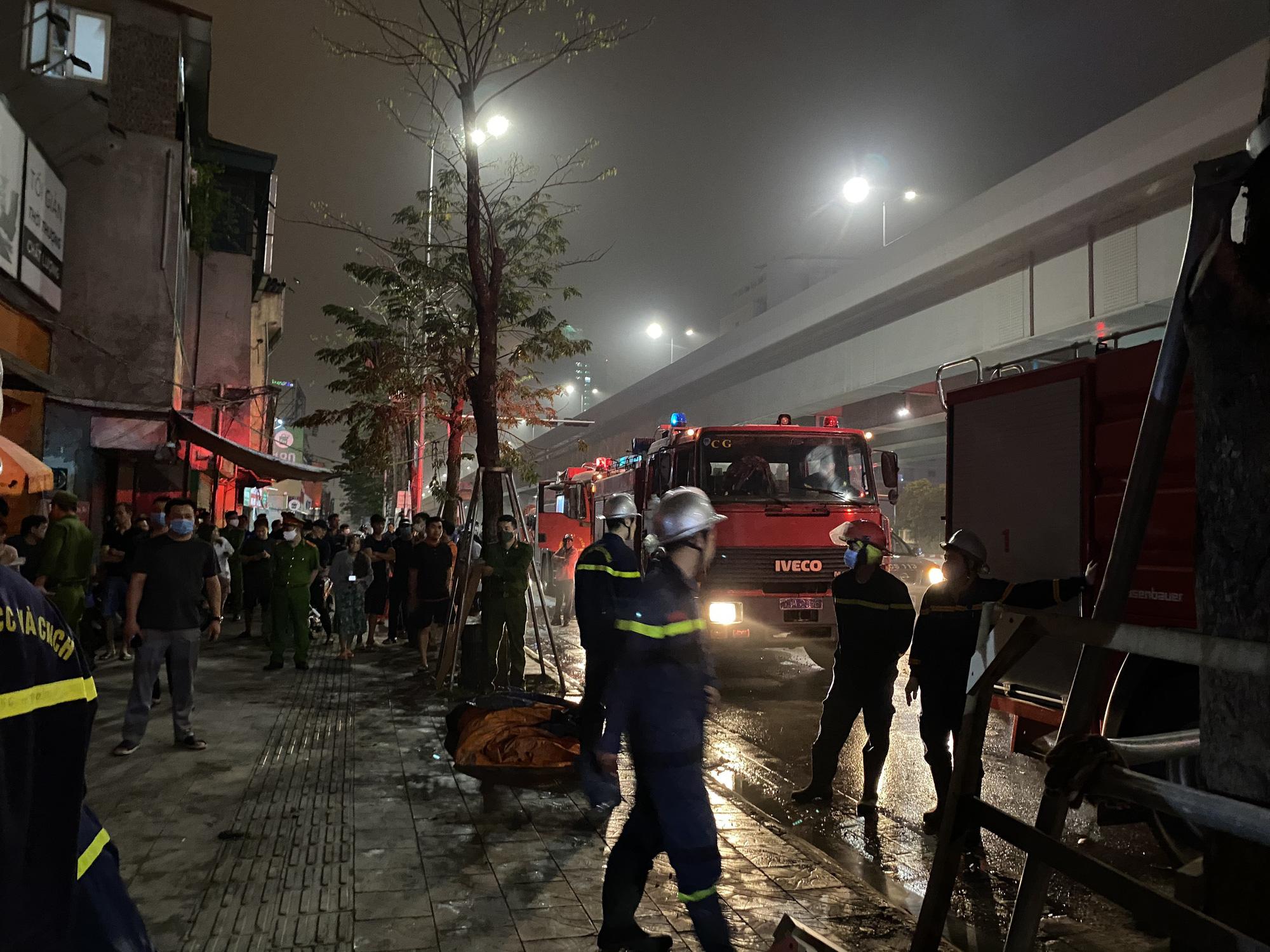 Sập giàn giáo trong đêm, hàng chục cảnh sát giải cứu người đàn ông mắc kẹt trong đống đổ nát  - Ảnh 3.