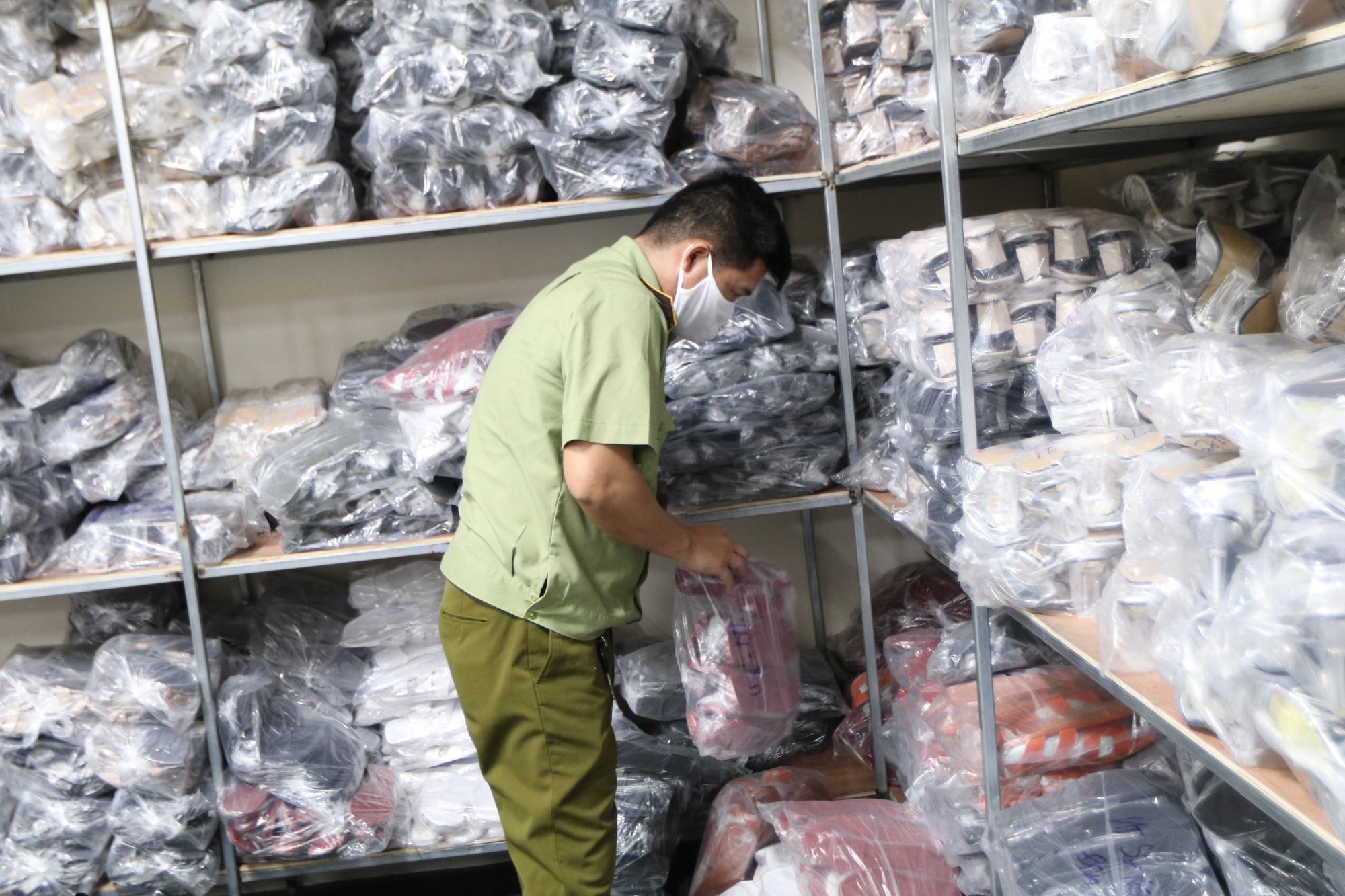 Hà Nội: Triệt phá kho giày dép hơn 3.000 đôi giả mạo các nhãn hiệu nổi tiếng thế giới - Ảnh 6.