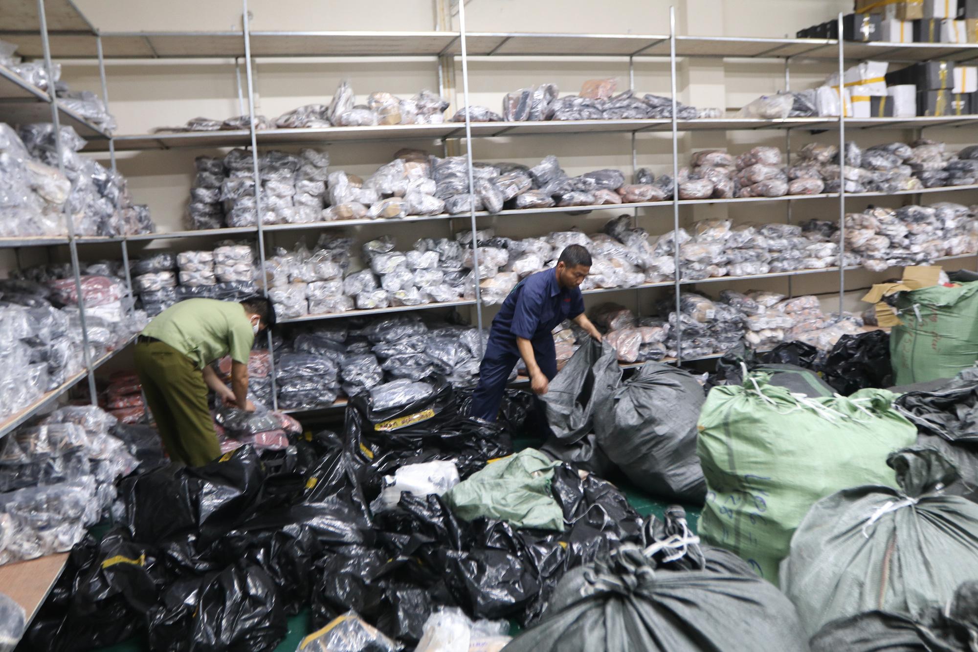 Hà Nội: Triệt phá kho giày dép hơn 3.000 đôi giả mạo các nhãn hiệu nổi tiếng thế giới - Ảnh 9.
