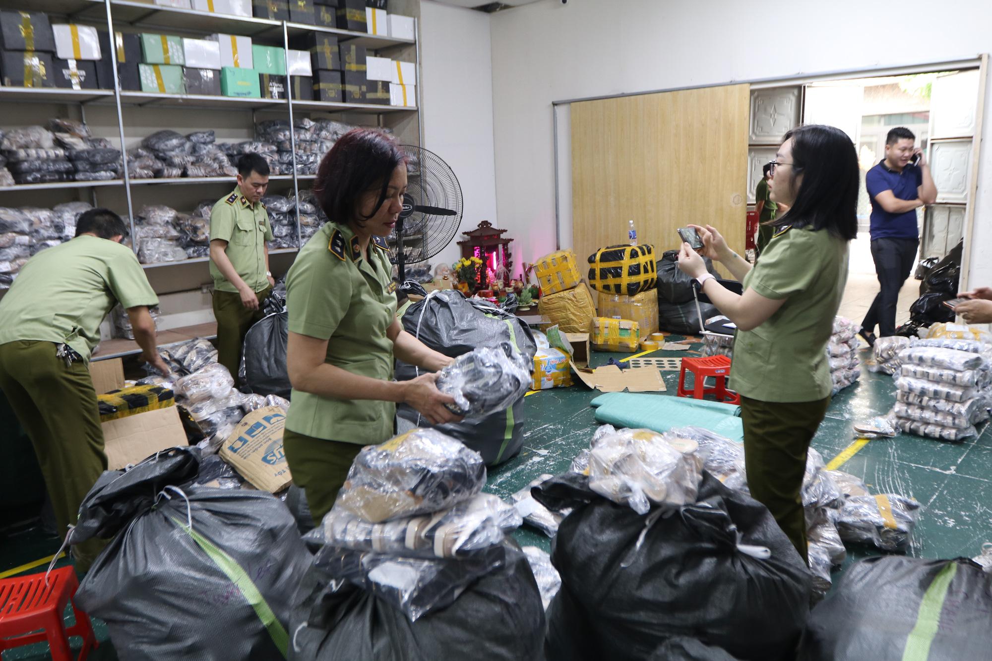 Hà Nội: Triệt phá kho giày dép hơn 3.000 đôi giả mạo các nhãn hiệu nổi tiếng thế giới - Ảnh 7.