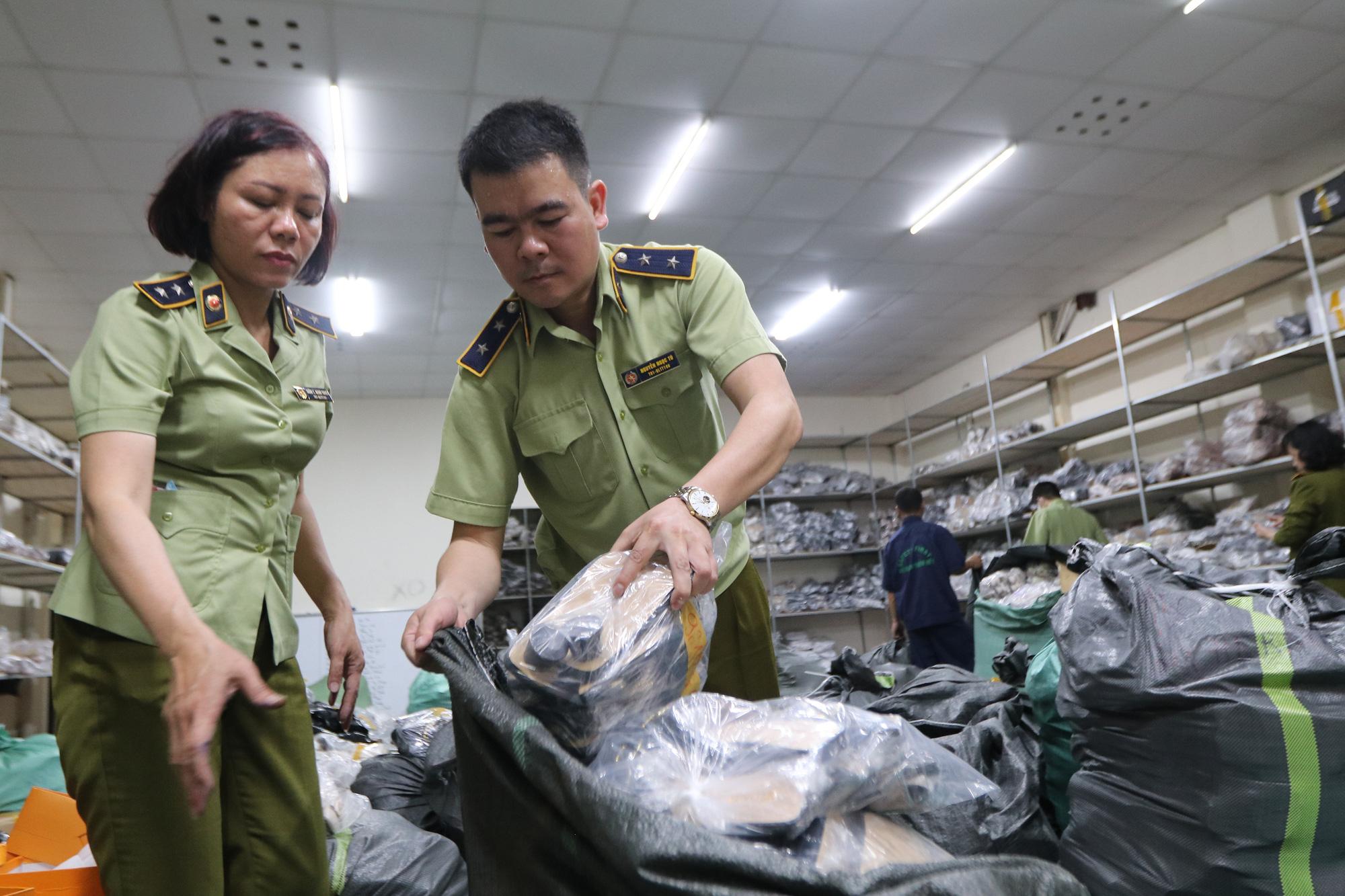 Hà Nội: Triệt phá kho giày dép hơn 3.000 đôi giả mạo các nhãn hiệu nổi tiếng thế giới - Ảnh 3.