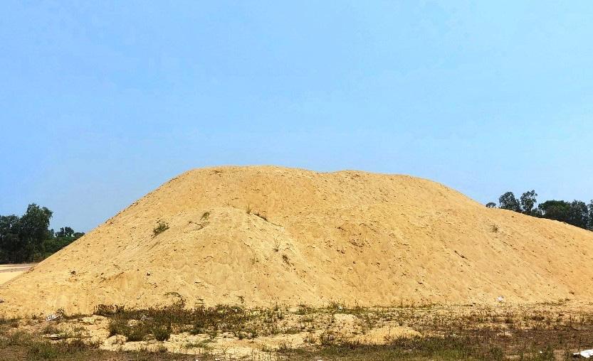 """Bình Định: """"Dẹp""""… hàng loạt bãi chứa cát mọc """"vô tội vạ"""" gây bức xúc - Ảnh 1."""